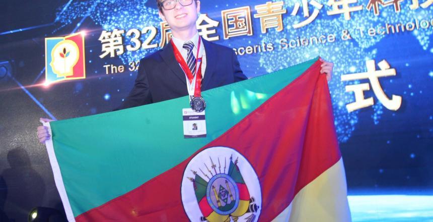 IMG[Estudante ganha medalha de prata em Feira de Ciências na China]